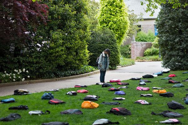 Một hình ảnh trong triển lãm của nhóm tư vấn sức khỏe tâm thần Active Minds: 1.100 chiếc cặp sách đại diện cho số thanh thiếu niên đã tử tự mỗi năm.