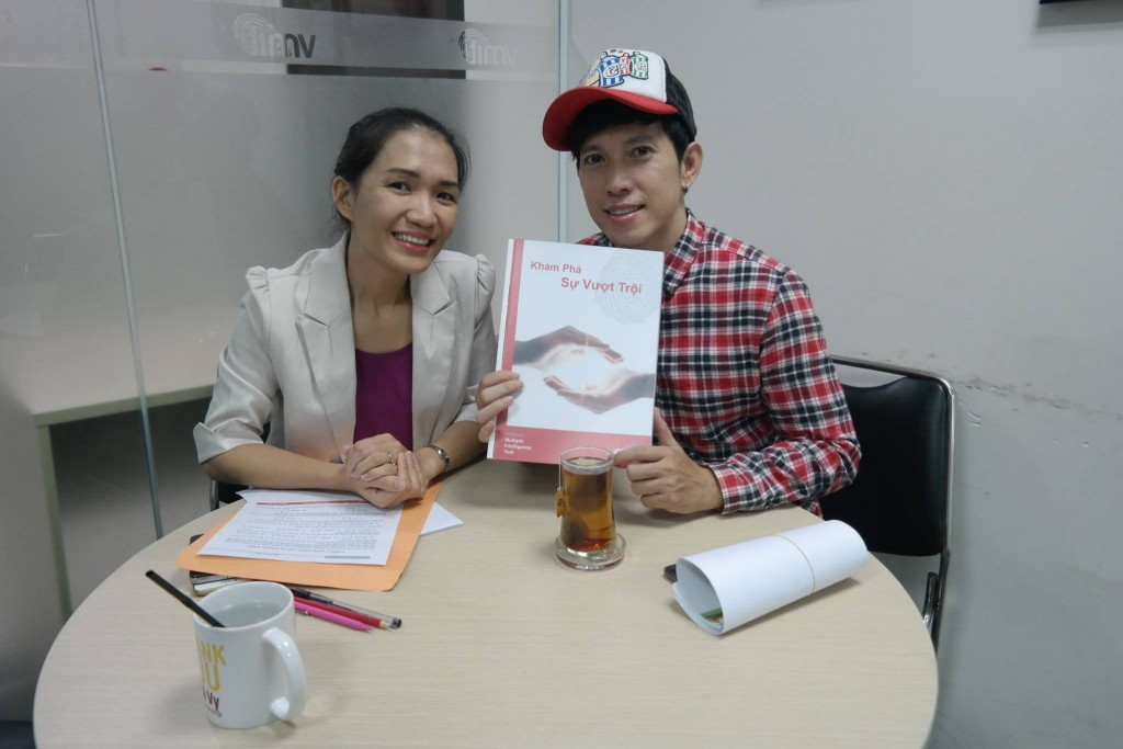 Ca sỹ Y Thanh làm bài báo cáo phân tích tại VMIT