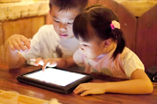 trẻ tiếp xúc với thiết bị công nghệ
